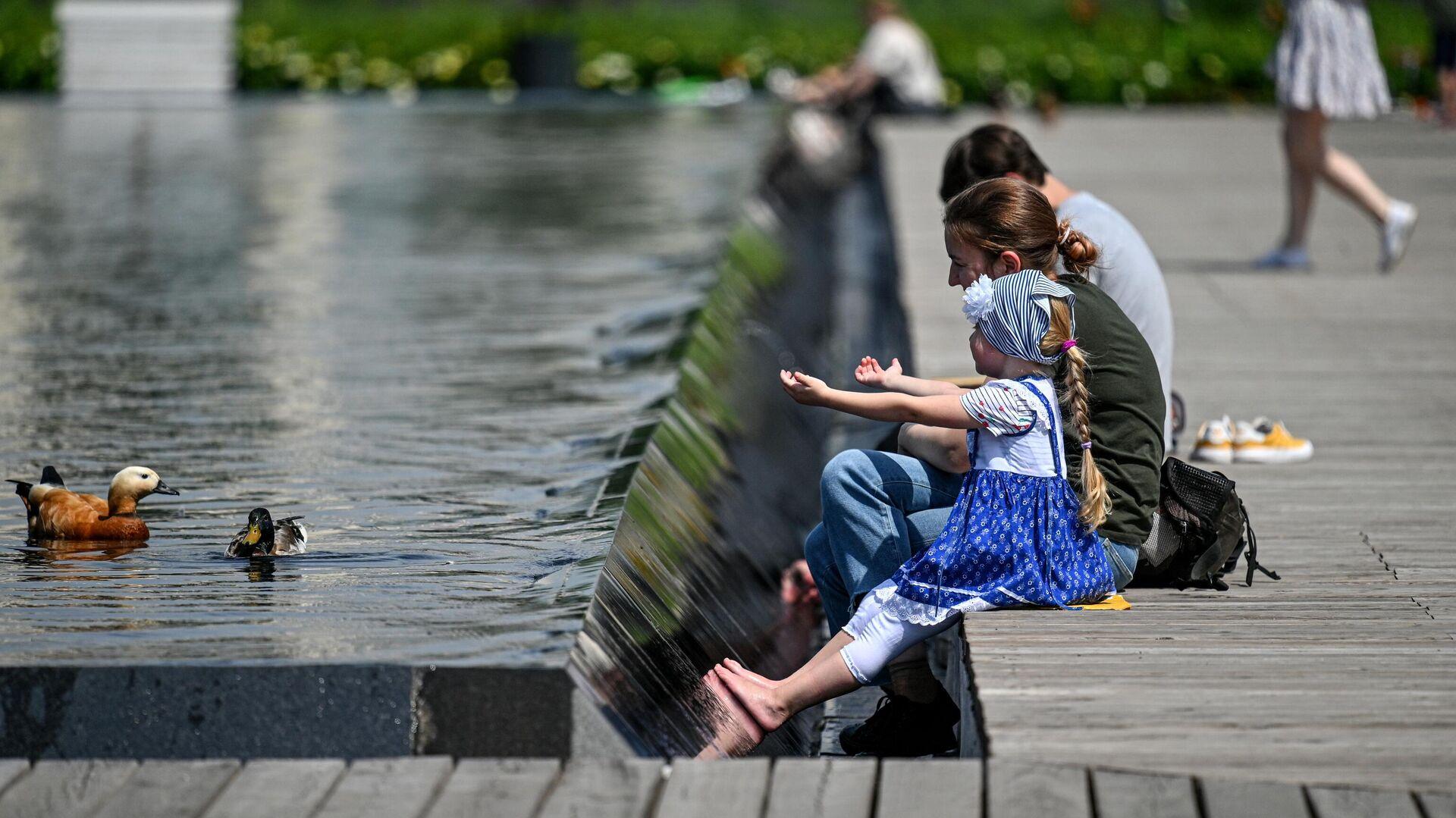 Отдыхающие в Парке Горького в Москве - РИА Новости, 1920, 20.07.2021