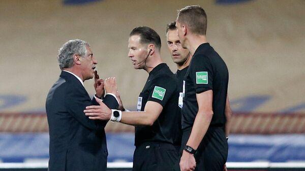 Главный тренер сборной Португалии по футболу Фернанду Сантуш (слева) общается с судьями