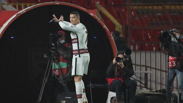 Криштиану Роналду выбрасывает капитанскую повязку в концовке матча Сербия - Португалия