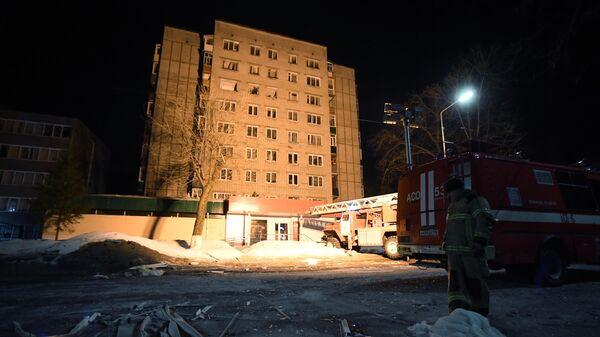 Сотрудники пожарной службы МЧС РФ работают на месте взрыва газа в многоквартирном доме по улице Ленина в Зеленодольске