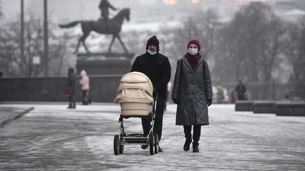 Прохожие на Манежной площади в Москве
