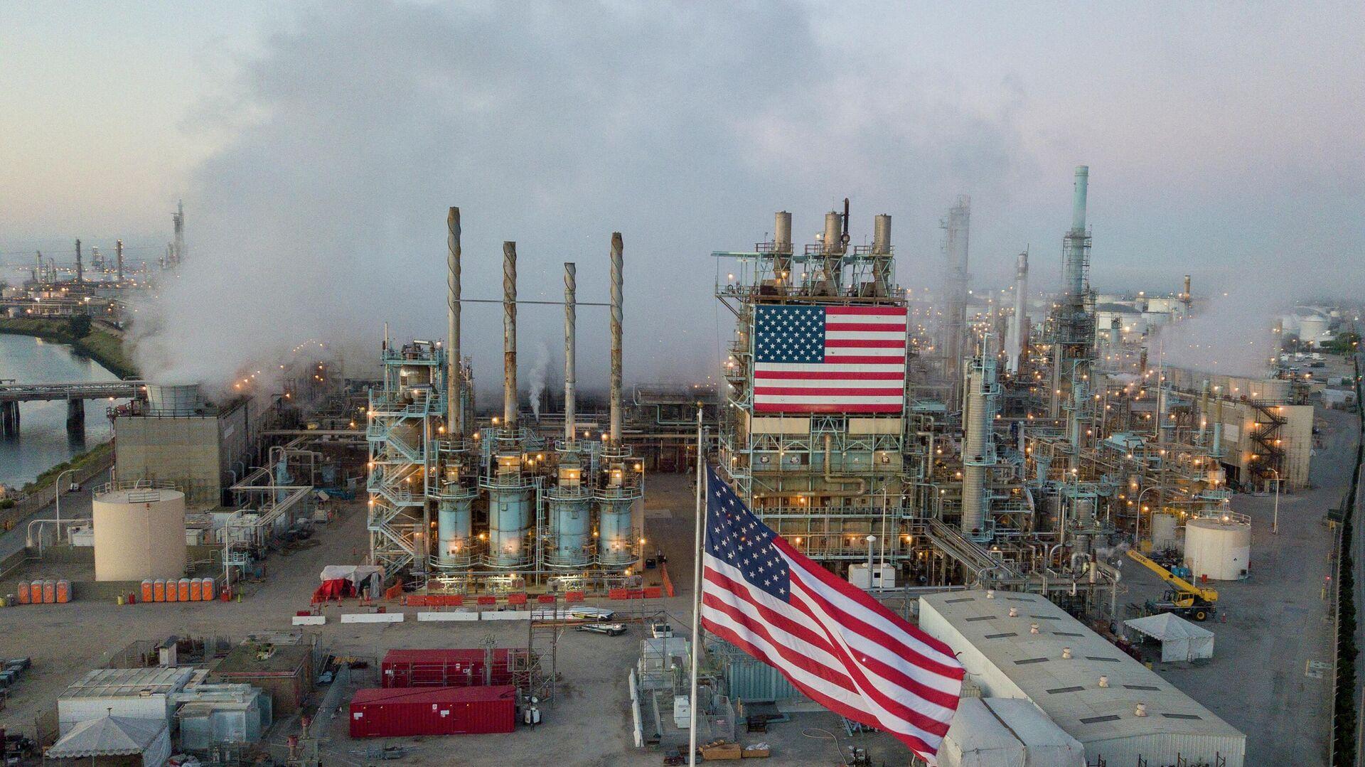 На двух стульях: США рекордно закупились российской нефтью