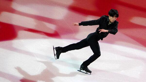 Юма Кагияма (Япония) во время показательных выступлений на чемпионате мира по фигурному катанию в Стокгольме.