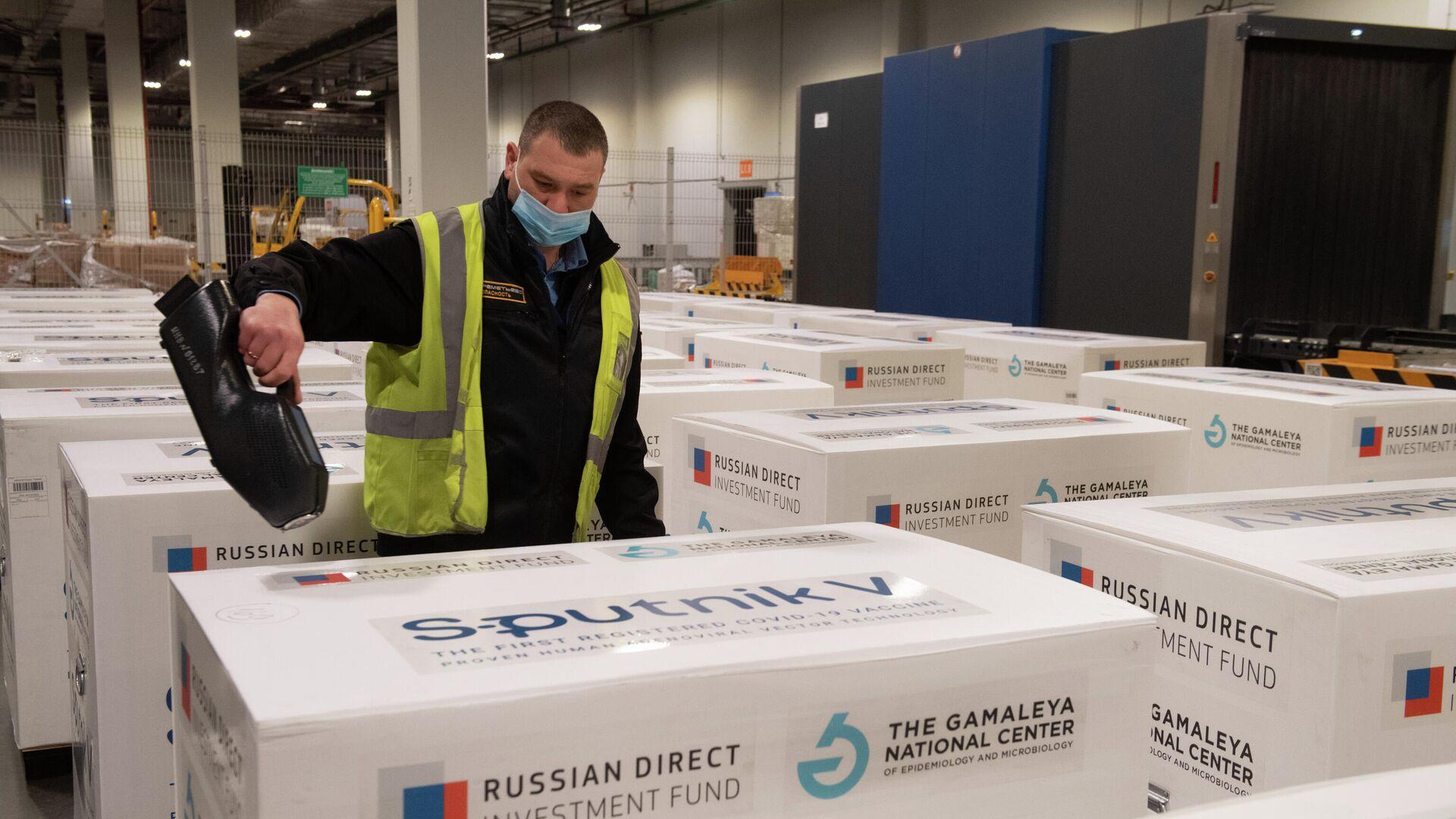 Доставка вакцины Sputnik V на склад в грузовой терминал Москва Карго - РИА Новости, 1920, 05.07.2021