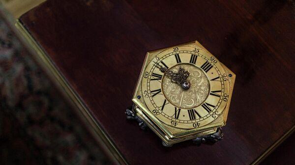 Бронзовые часы голландского производства с одного из флагманов Петра I