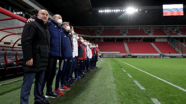 Главный тренер сборной России Станислав Черчесов (слева на первом плане)