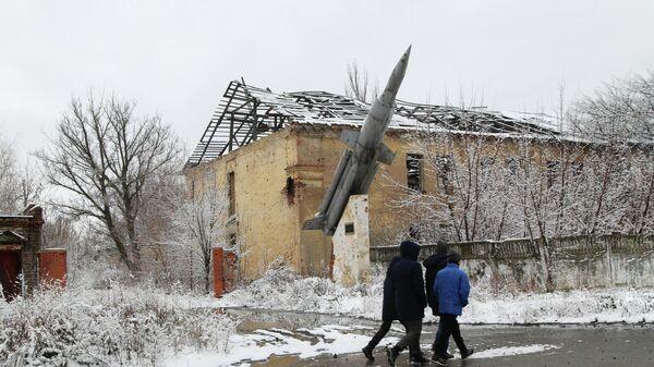 Местные жители на одной из улиц в поселке Веселое Донецкой области.