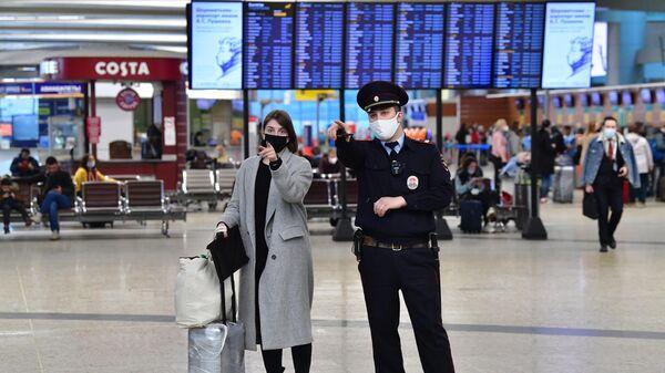 Пассажир и сотрудник полиции в аэропорту Шереметьево