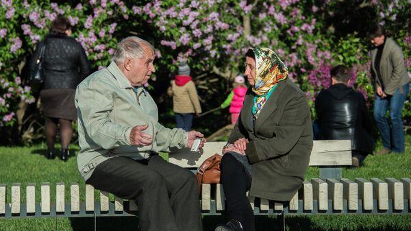 Пожилые люди в Сиреневом саду в Москве