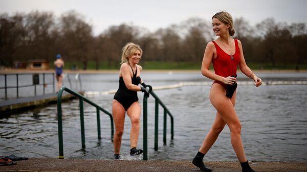 Девушки после купания в озере в Гайд-парке, Лондон, Англия