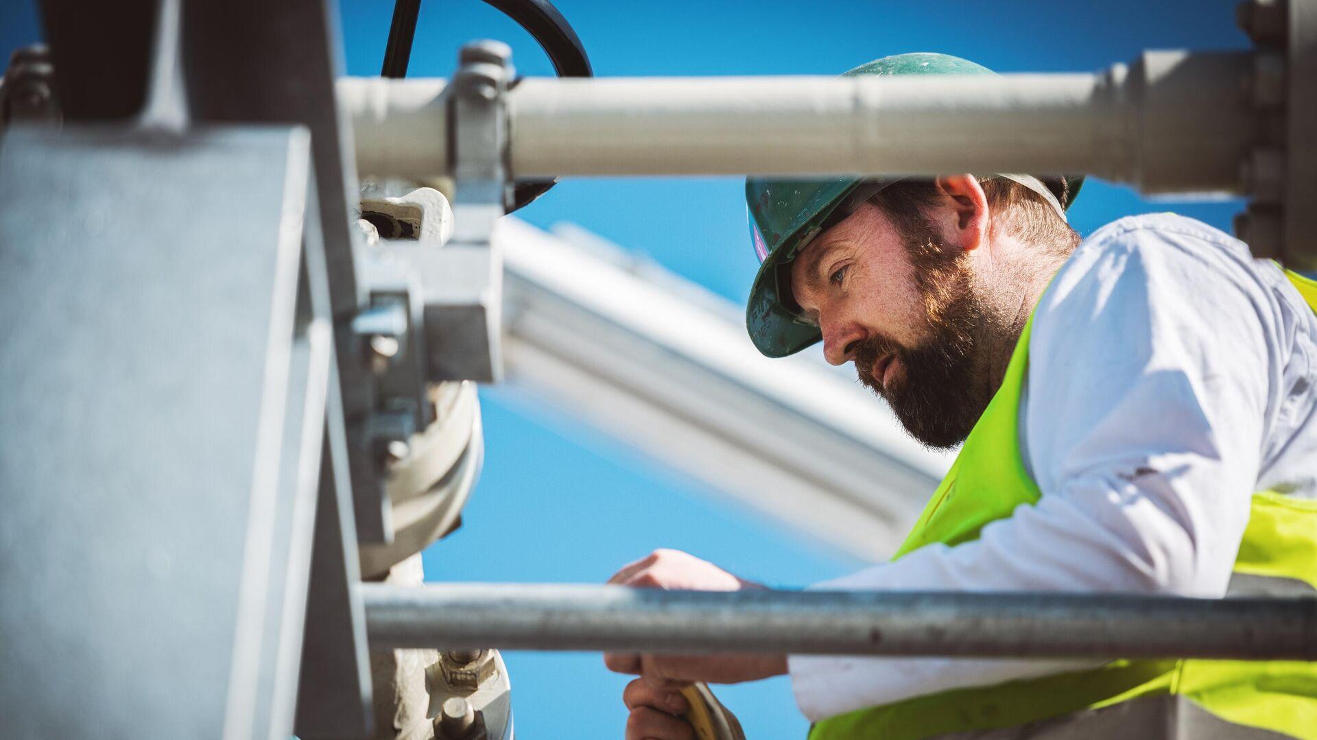 Специалист работает на территории газораспределительного центра магистрального газопровода Северный поток-2 в городе Любмин в Германии - РИА Новости, 1920, 18.05.2021