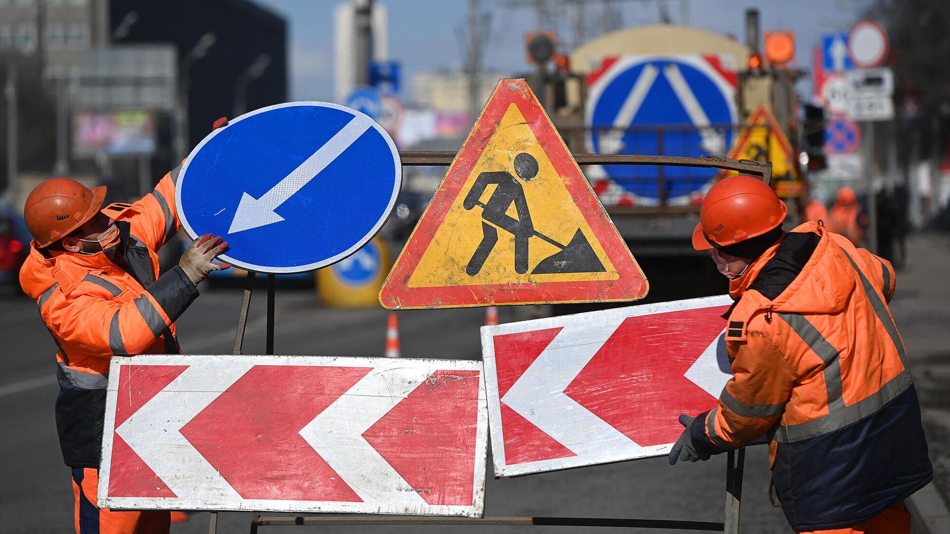 Рабочие во время ремонта асфальтобетонного покрытия - РИА Новости, 1920, 20.04.2021