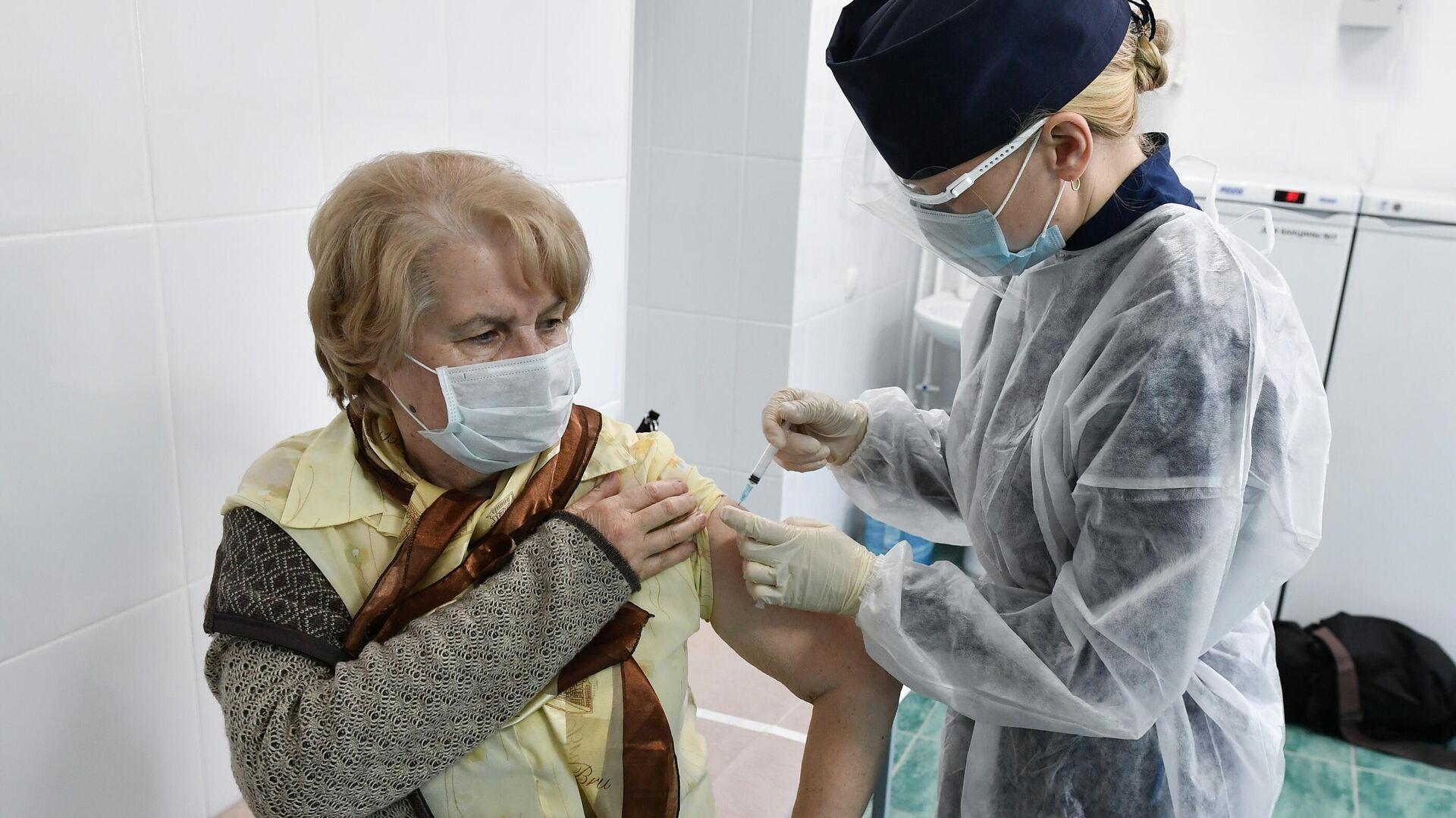 Пациент во время прививки вакциной Гам-Ковид-Вак (Спутник V) от COVID-19 в 7-й городской поликлинике Симферополя - РИА Новости, 1920, 07.04.2021
