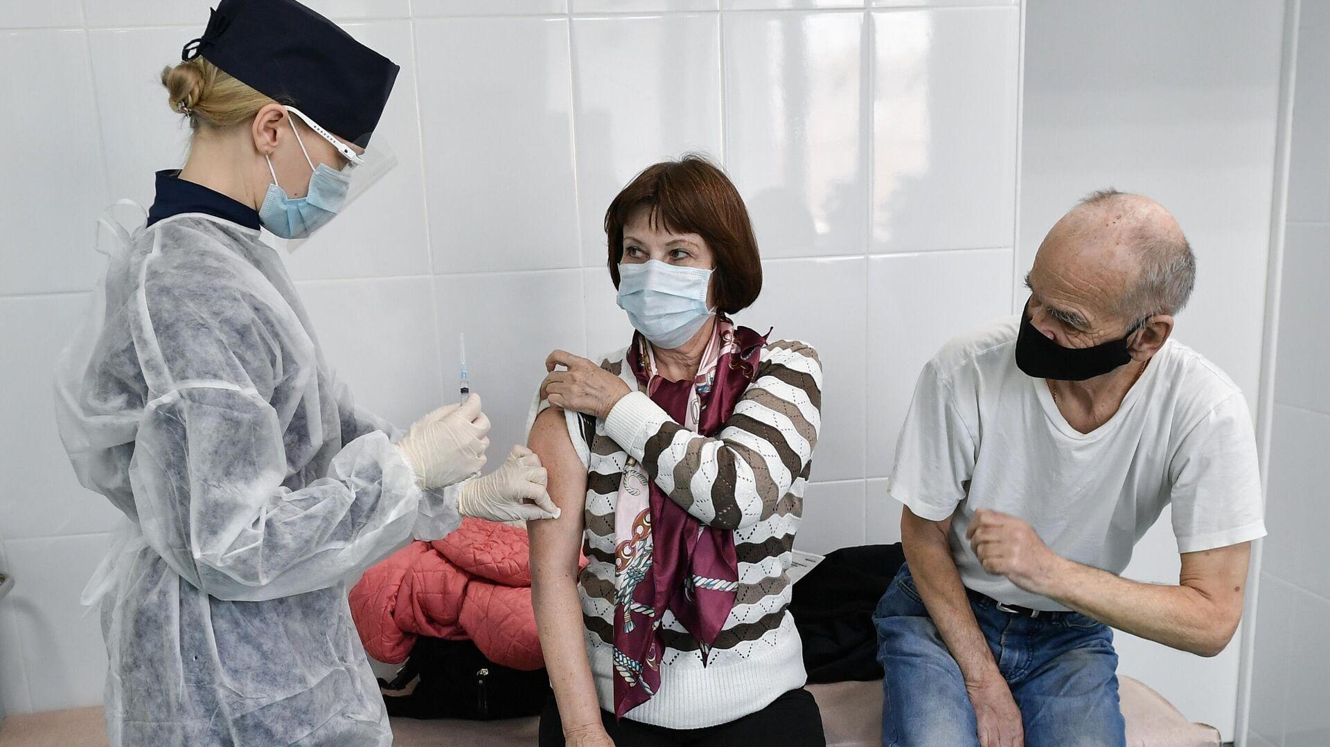 Пациенты во время прививки вакциной Гам-Ковид-Вак (Спутник V) от COVID-19 в 7-й городской поликлинике Симферополя - РИА Новости, 1920, 15.04.2021