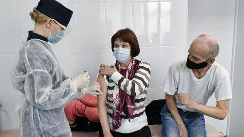 Пациенты во время прививки вакциной Гам-Ковид-Вак (Спутник V) от COVID-19 в 7-й городской поликлинике Симферополя