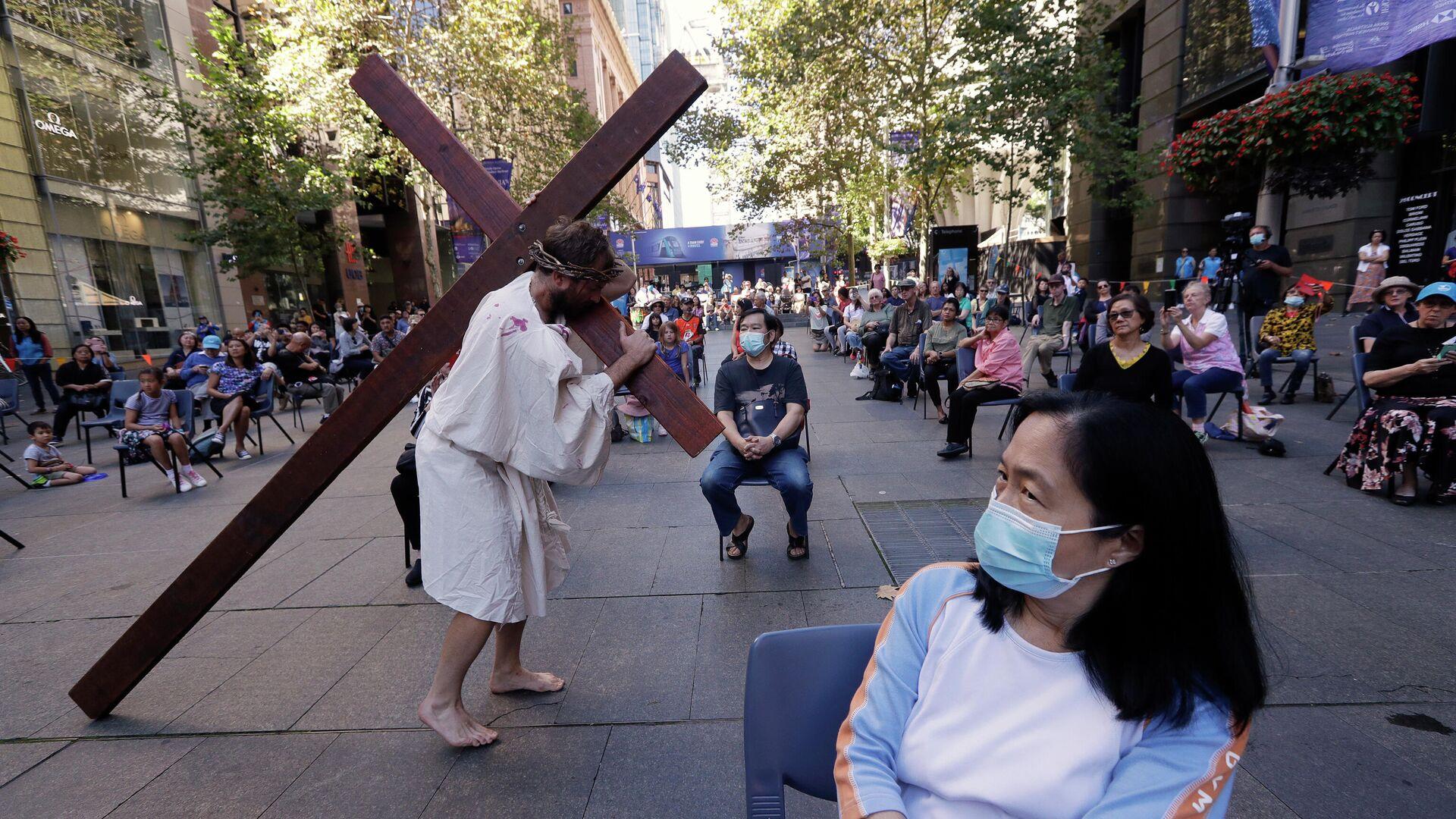 Актер несет крест, изображения Иисуса Христа во время празднования Страстной пятницы в Сиднее - РИА Новости, 1920, 05.05.2021