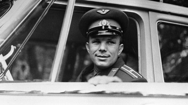Летчик-космонавт, Герой Советского Союза Юрий Гагарин в салоне автомобиля