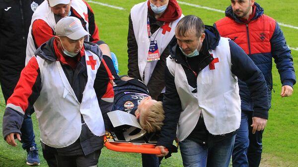 Сотрудники медслужбы уносят с поля получившего травму игрока ЦСКА Хёрдура Магнуссона