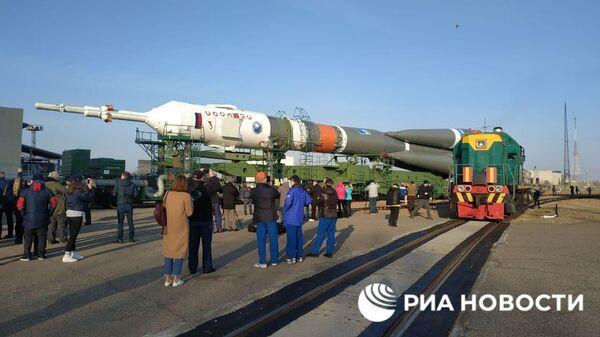 Ракету Союз с портретом Гагарина везут на стартовую площадку Байконура