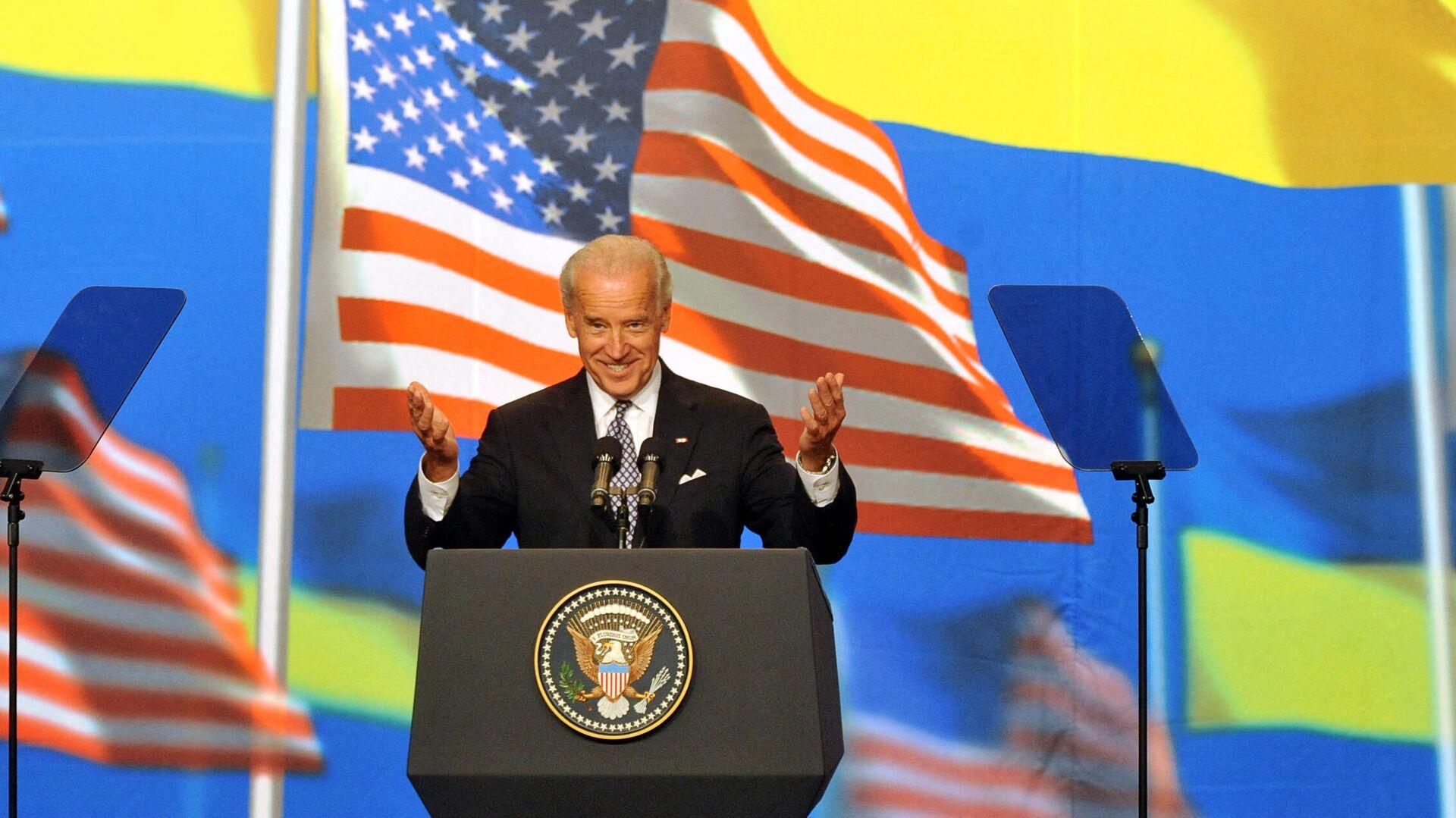Джо Байден приветствует жителей Киева, Украина. 22 июля 2009 года  - РИА Новости, 1920, 06.04.2021