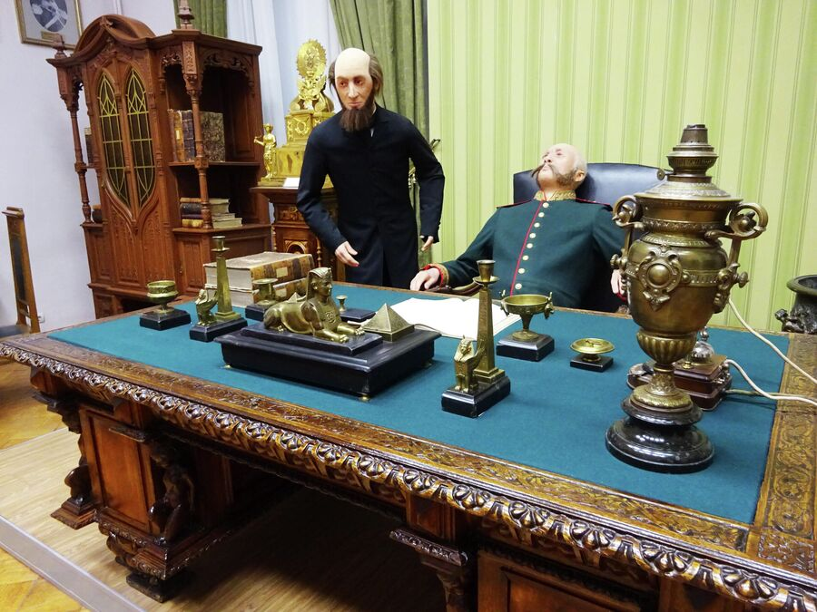 Часть экспозиции краеведческого музея, рассказывающая о службе астраханских губернаторов