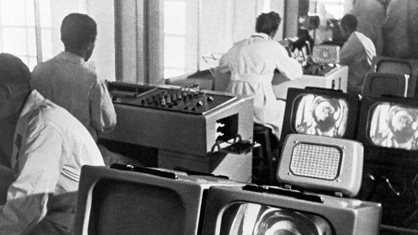 Научные сотрудники в здании первого Центра управления полетом в Московской области 12 апреля 1961 года рассчитывают траекторию полета Юрия Гагарина. Кадр из документального фильма Первый рейс к звёздам