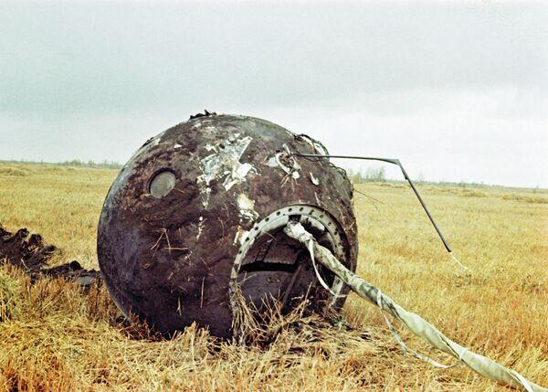 Спускаемый аппарат космического корабля Восток с космонавтом Юрием Гагариным совершил посадку в 10 часов 55 минут в районе деревни Смеловка Саратовской области