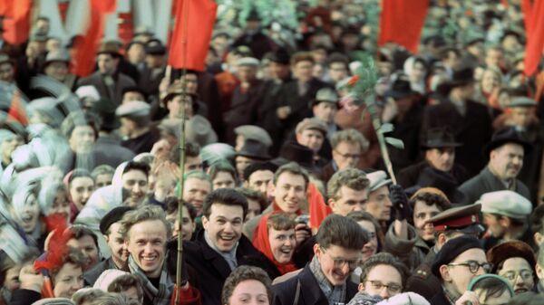 Торжественная встреча первого в мире летчика-космонавта Юрия Гагарина после успешного завершения полета человека в космос. Демонстрация трудящихся на Красной площади в Москве