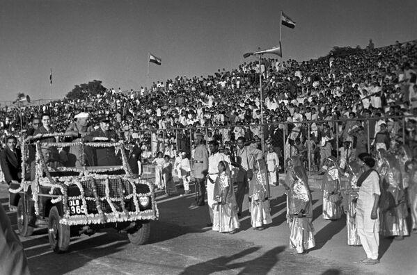 Торжественная встреча советского героя-космонавта на национальном стадионе в Дели