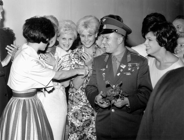 Юрий Гагарин во время встречи с советскими моделями в Лондоне