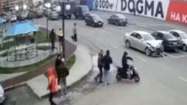 Подросток ударил женщину битой по голове