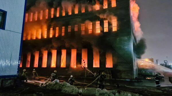 Оперативные службы на месте возгорания на складе с бытовой химией и спортинвентарем в Люберцах