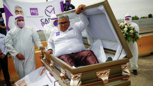 Мексиканский политик Карлос Майорга встает из гроба в рамках своей предвыборной компании