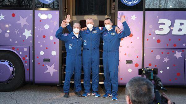 Члены основного экипажа МКС-65 астронавт НАСА Марк Ванде Хай, космонавты Роскосмоса Олег Новицкий и Пётр Дубров перед запуском пилотируемого корабля Союз МС-18