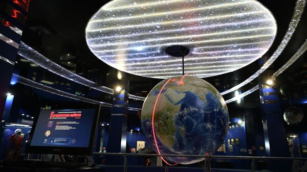 Орбита полета Гагарина на глобусе в городе Гагарин