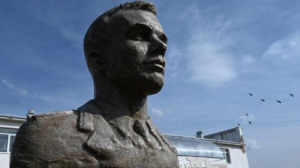 Памятник космонавту Юрию Гагарину около Дома культуры в деревне Клушино Смоленской области