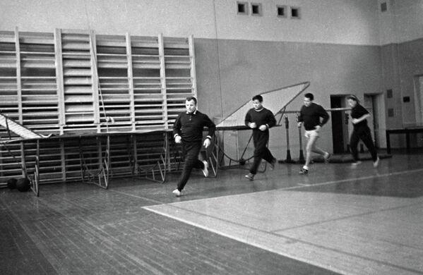 Юрий Гагарин (слева)