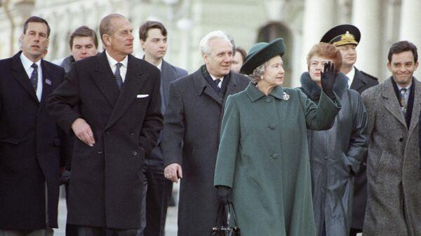 Королева Великобритании и Северной Ирландии Елизавета II приветствует петербуржцев на Дворцовой площади. Официальный визит Елизаветы II и принца Филиппа в Россию