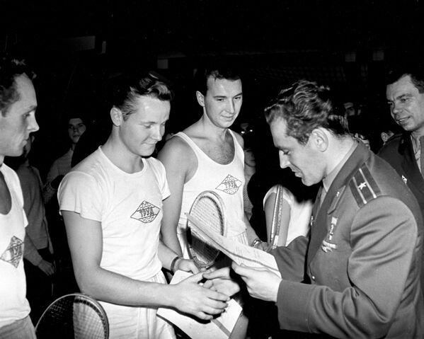 Юрий Гагарин (справа)