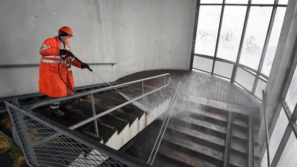 Промывка стеклянных пешеходных переходов в Москве