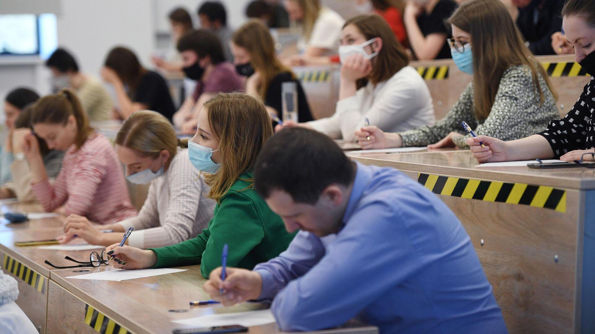 Участники во время ежегодной акции по проверке грамотности Тотальный диктант-2021 в Новосибирском государственном университете - РИА Новости, 1920, 12.04.2021