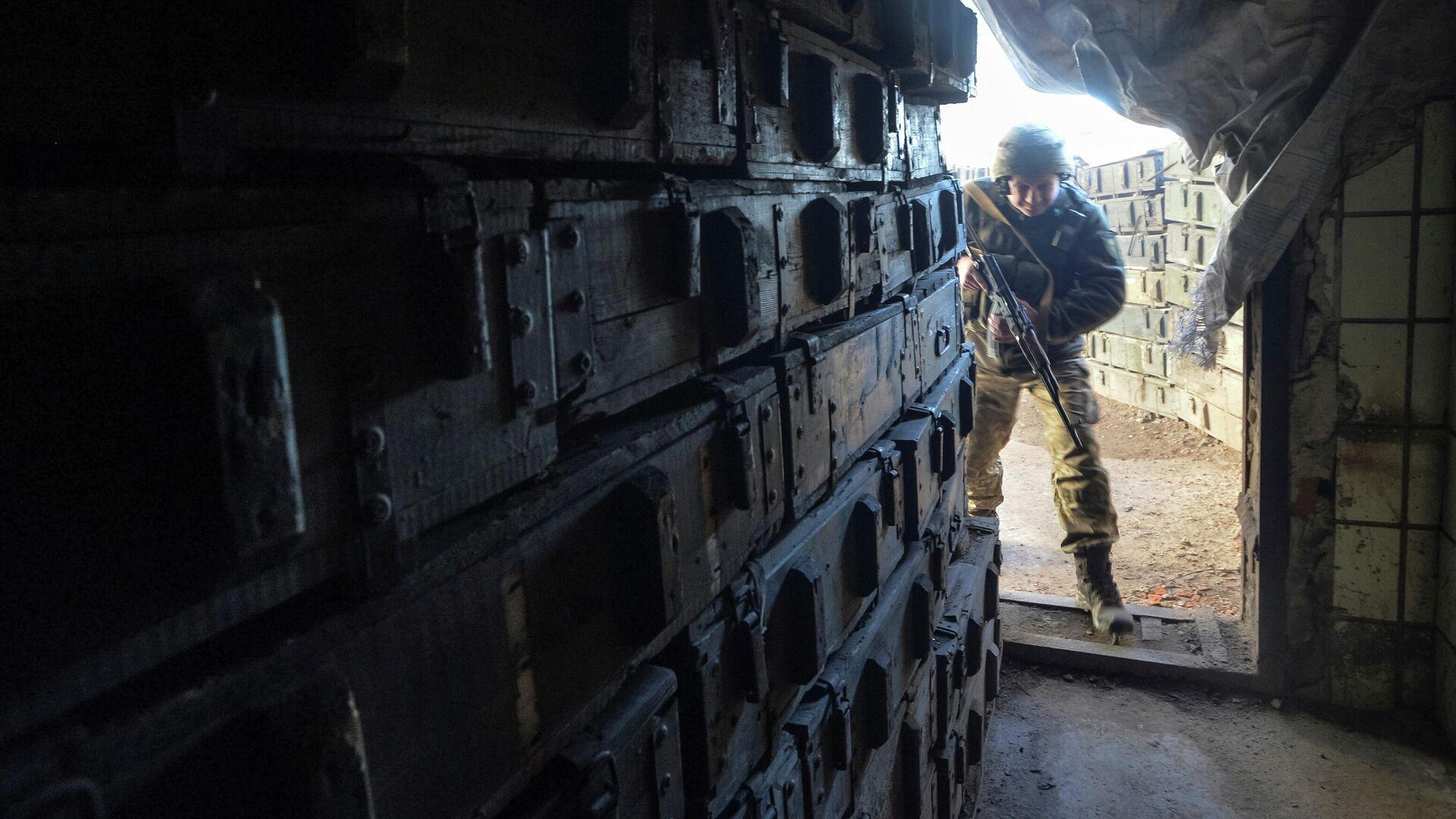 Украинский военнослужащий на линии разделения близ города Донецк - РИА Новости, 1920, 04.05.2021