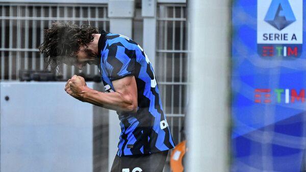 Inter Milan's Italian defender Matteo Darmian celebrates after opening the scoring during the Italian Serie A football match Inter Milan vs Cagliari on April 11, 2021 at the San Siro stadium in Milan. (Photo by Alberto PIZZOLI / AFP)
