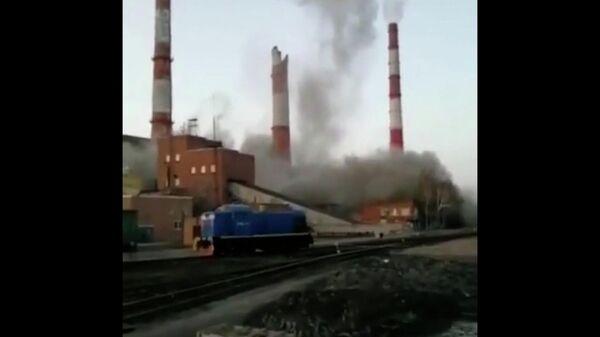 Часть трубы обрушилась на ТЭЦ в Барнауле. Кадры ЧП