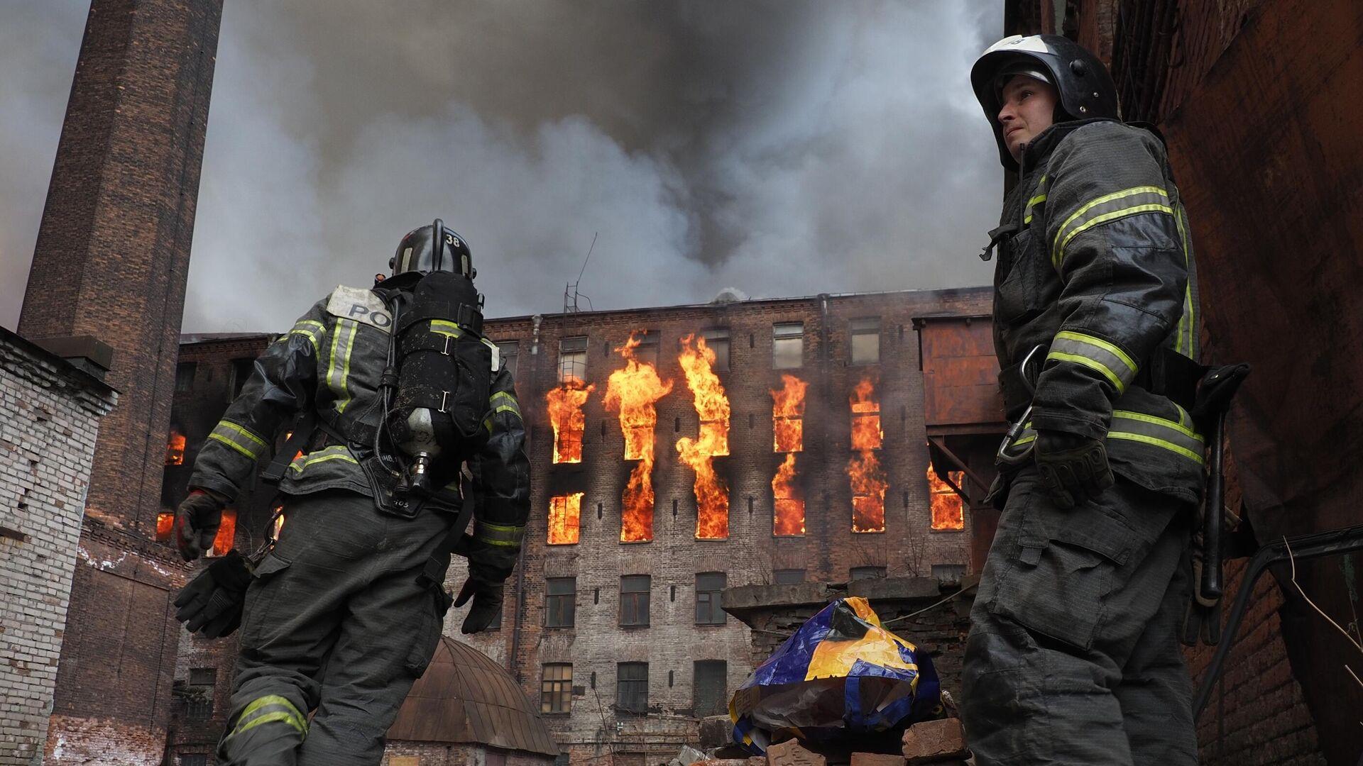 Пожар в здании фабрики Невская мануфактура на Октябрьской набережной в Санкт-Петербурге - РИА Новости, 1920, 12.04.2021