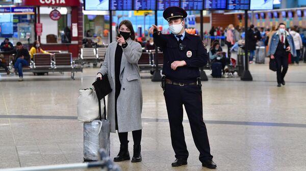 Пассажирка и сотрудник полиции в терминале D аэропорта Шереметьево