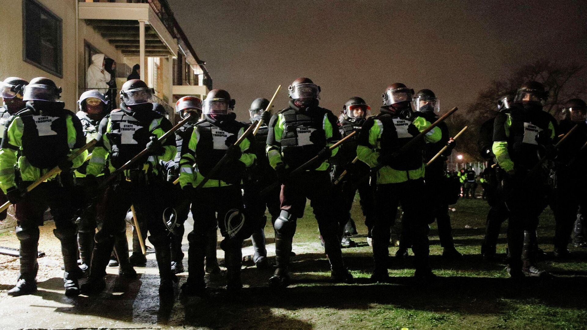 Сотрудники правоохранительных органов во время акции протеста в городе Бруклин-Сентер, штат Миннесота, США - РИА Новости, 1920, 13.04.2021