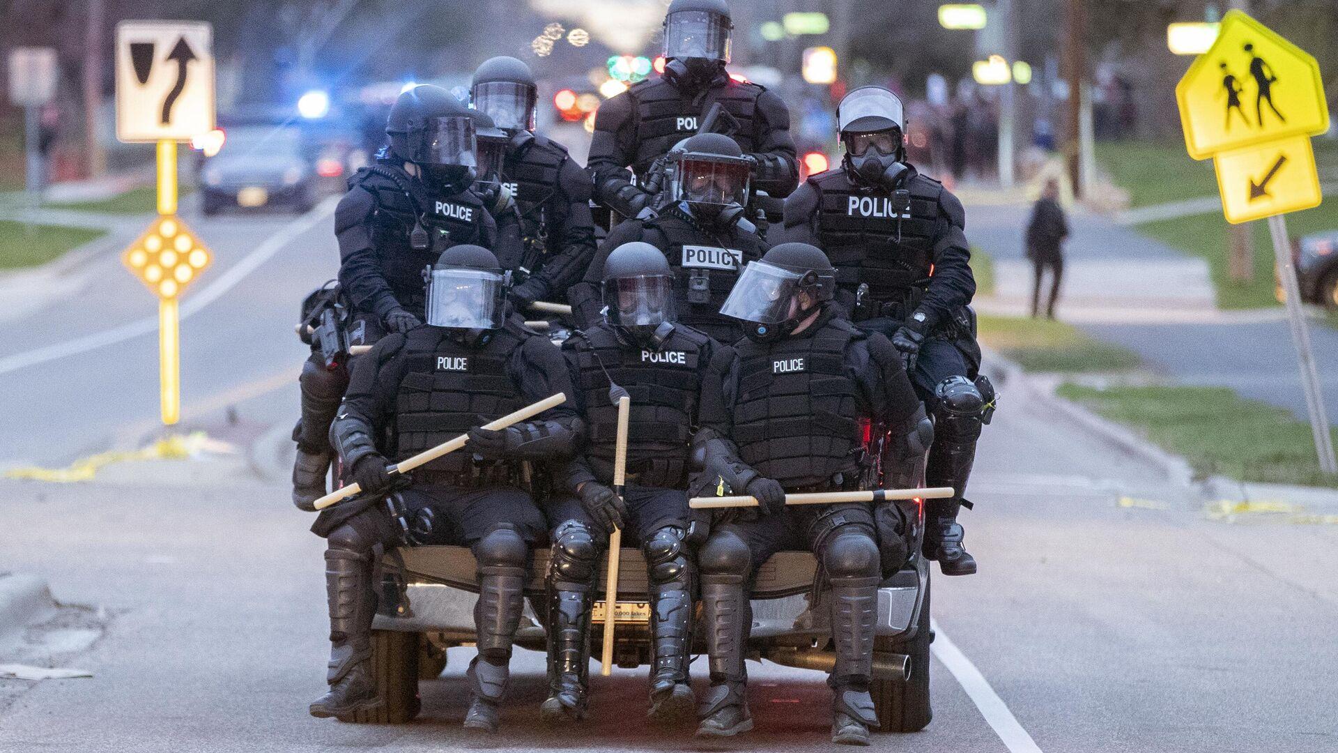 Полицейские во время акций протеста после убийства Данте Райта в центре города Бруклин-Сентер в штате Миннесота, США - РИА Новости, 1920, 07.06.2021