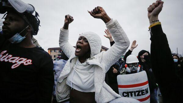 Участники акции протеста в центре города Бруклин-Сентер в штате Миннесота, США