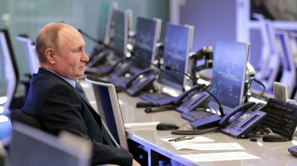 Президент РФ Владимир Путин во время посещения Координационного центра правительства РФ